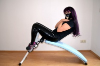 Sexy Girl macht Sport in Latexleggings