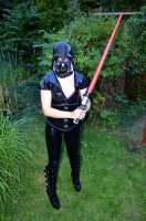 Latex Fetish Girl Kitty mit Darth Vader Maske und Lichtschwert