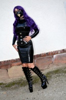 Latex Girl posing in black Rubber, Boots an purple hair